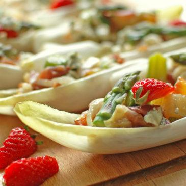 łódeczki z cykorii faszerowane szparagami, młodymi ziemniakami i szynką serrano