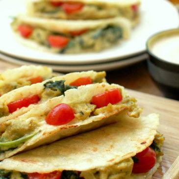 quesadillas z jajecznicą ze szpinakiem i sosem z chipotle
