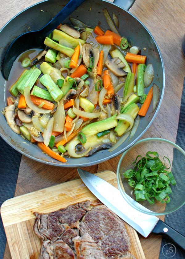 soba z wołowiną i imbirowym bulionem oraz marchewką, cukinią i pieczarkami