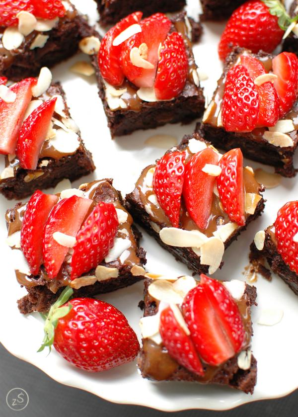 mocno czekoladowe brownie z truskawkami bez mąki