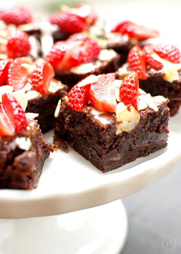 mocno czekoladowe brownie z truskawkami i sosem karmelowym