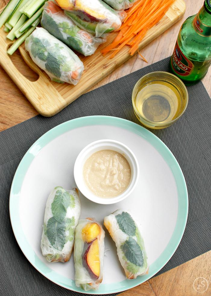 spring rolls z pikantną wieprzowiną i brzoskwinią