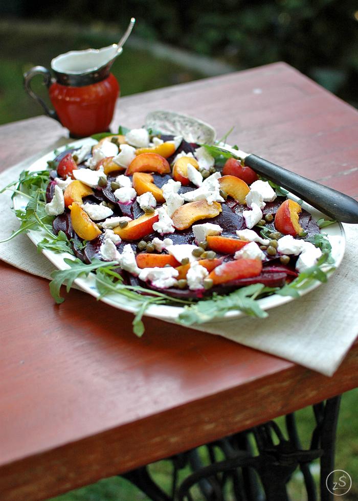 carpaccio z buraka z rukolą, brzoskwinią i kozim serem