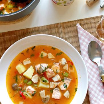 zupa rybna z łososia z borowikami, ziemniakami i chili