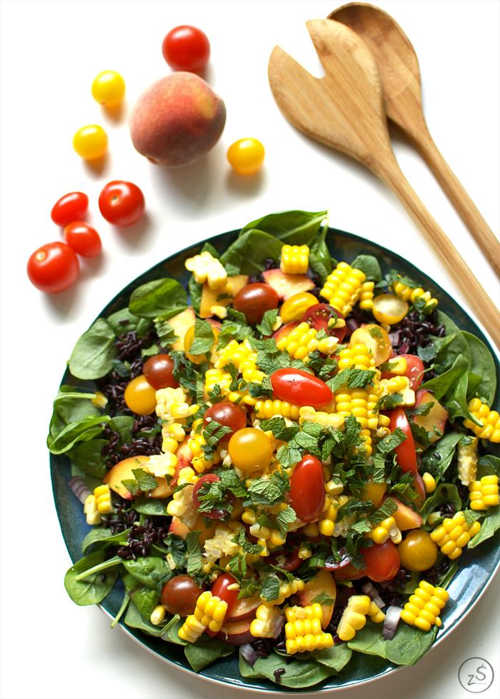 sałatka z czarnym ryżem, kukurydzą, pomidorkami i brzoskwinią