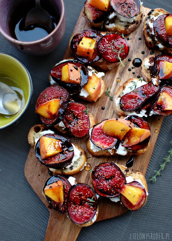 grzanki z pieczoną figą, ricottą, redukcją balsamiczną oraz miodem