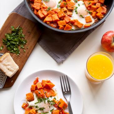 jajka w batatach z pomidorami