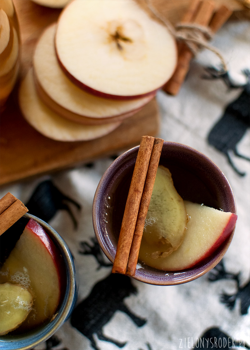 białe grzane wino z jabłkiem, cynamonem, rodzynkami i imbirem
