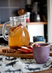 grzaniec z białego wina z jabłkiem, cynamonem, rodzinkami i imbirem