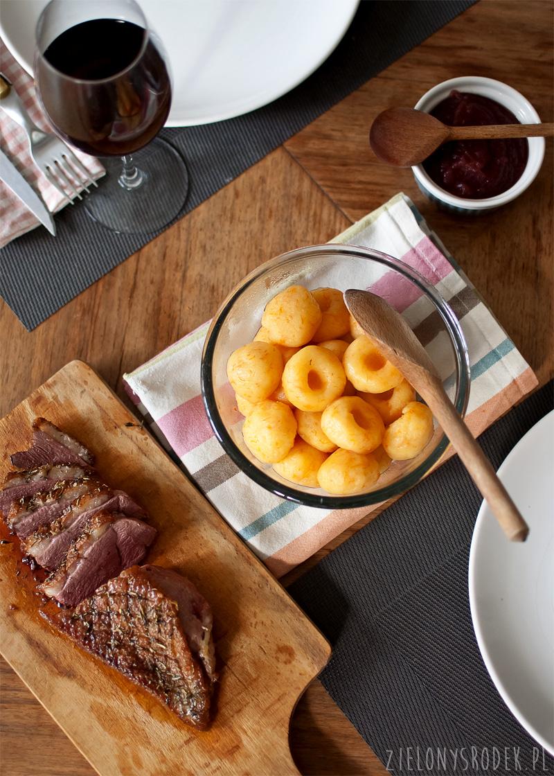 pieczona pierś kaczki z musem jabłkowo-winnym i kluskami śląskimi z dynią