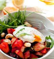 jajko na sałatce z pieczonego buraka, batata i cukinii