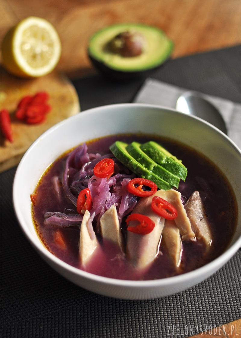 cytrynowa zupa z kapusty z kurczakiem i awokado