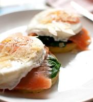 śniadanie mistrzów: scones ziemniaczane z łososiem szpinakiem i jajkiem w koszulce