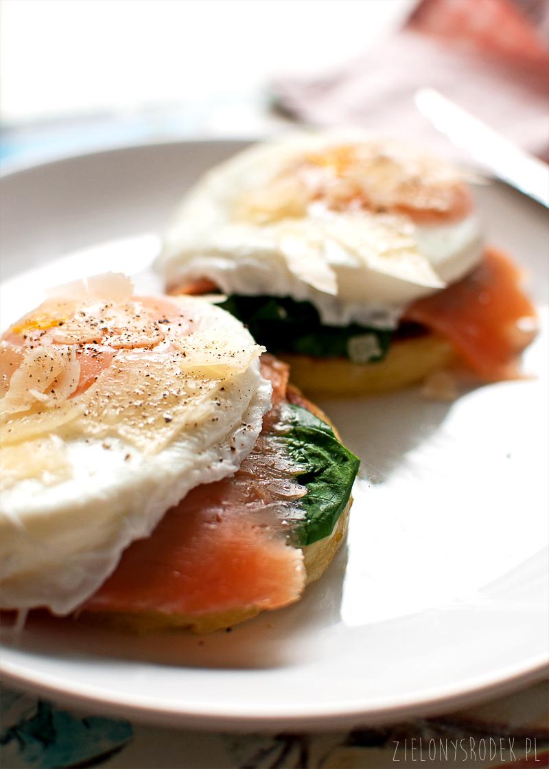 śniadanie mistrzów, czyli ziemniaczany scone z łososiem szpinakiem i jajkiem w koszulce