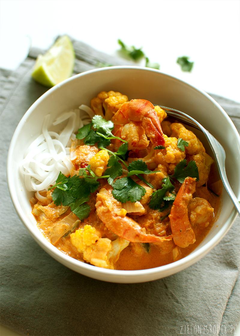 curry z krewetkami, kalafiorem, pomidorami i mlekiem kokosowym