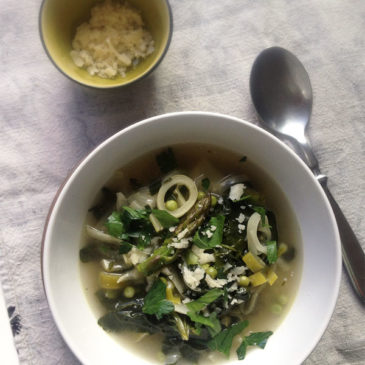 zielone minestrone, czyli wiosenna zupa ze szparagami, szpinakiem i kapustą