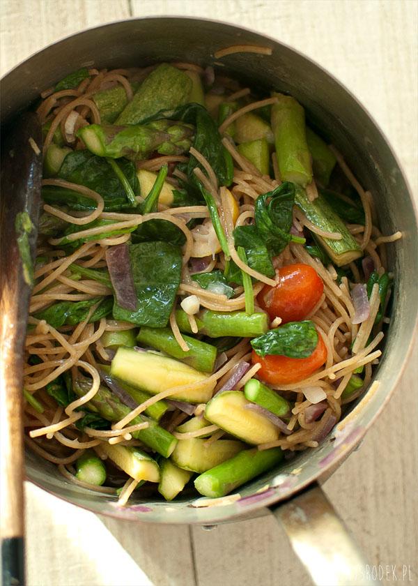 jednogarnkowy makaron z ricottą i warzywami