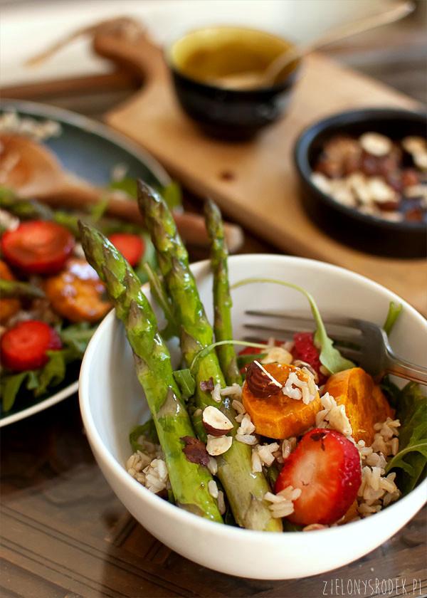 sałatka z ryżem, batatem, szparagami i truskawkami