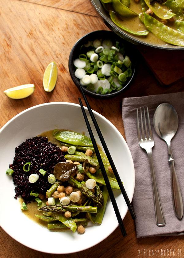 zielone curry ze szparagami, groszkiem i ciecierzycą