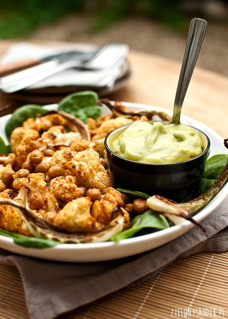 pieczony kalafior z ciecierzycą z kremowym sosem z awokado