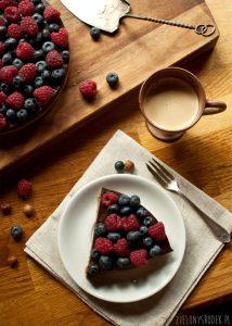 tarta czekoladowa z borówkami na spodzie z orzechów laskowych