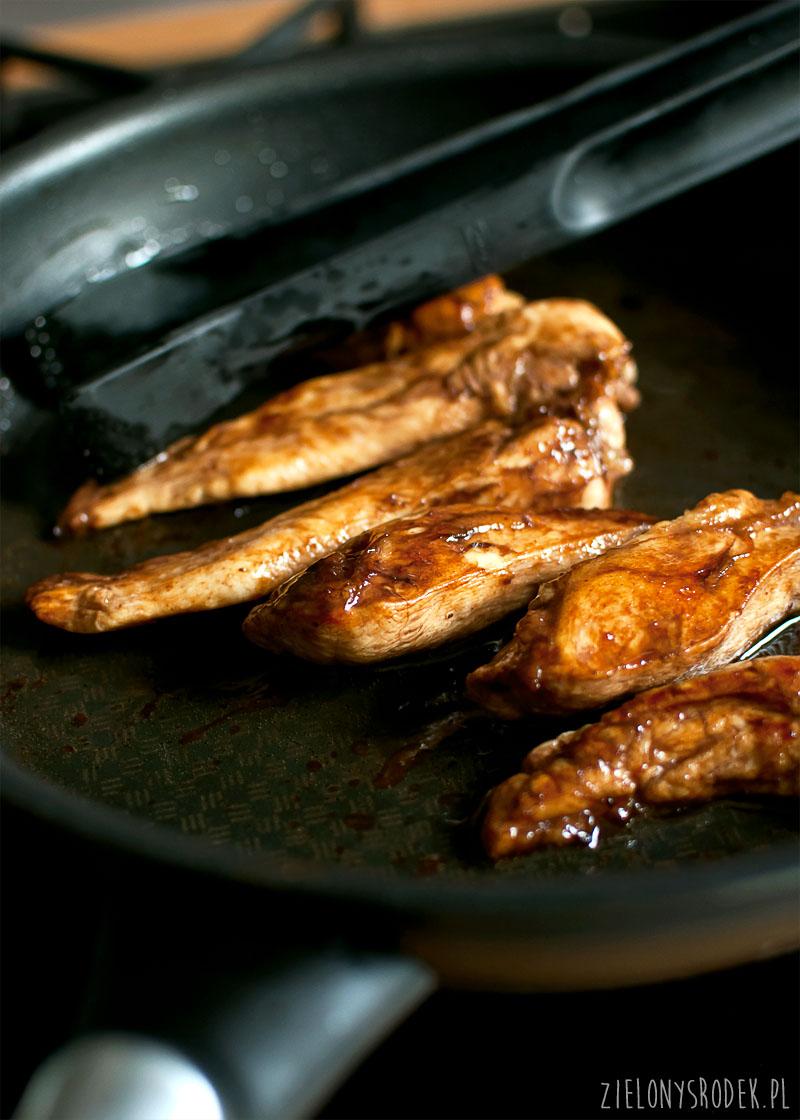 kurczak balsamiczny, awokado, maliny i feta