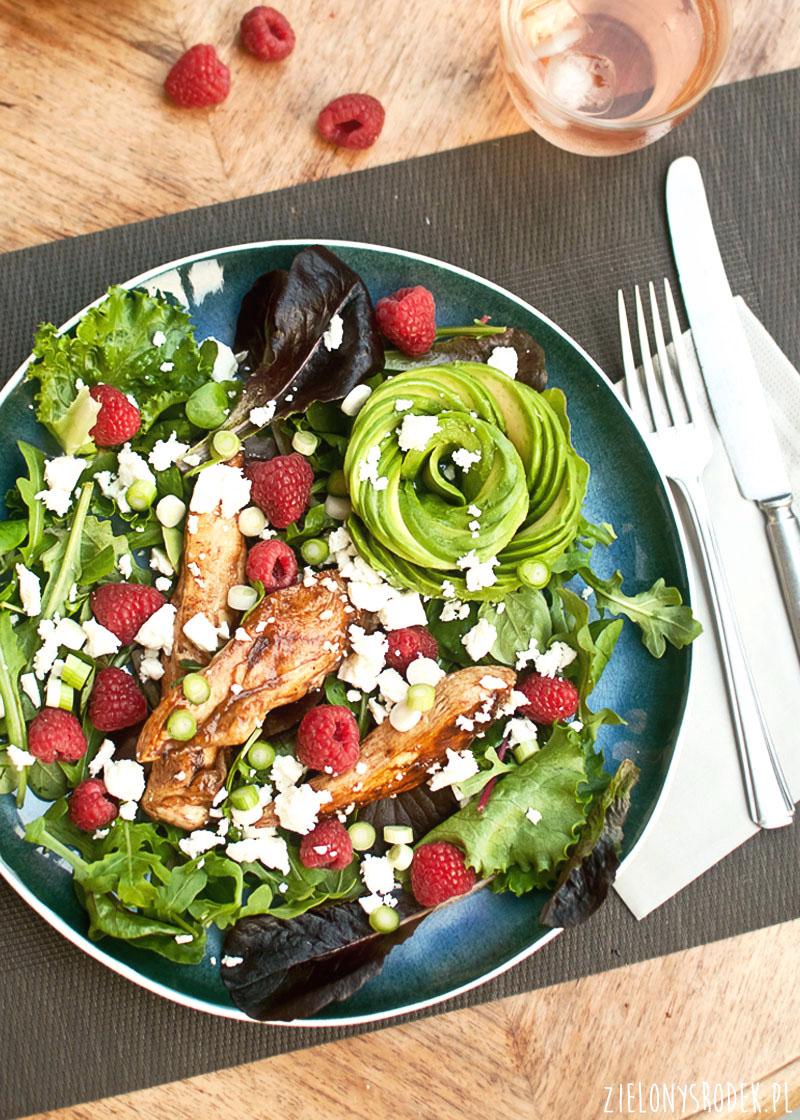 kurczak balsamiczny, awokado, maliny i feta w formie pysznej sałatki idealnej na obiad
