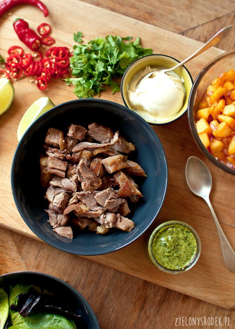 tacos z kaczką, salsą z brzoskwini i sosem chimichurri