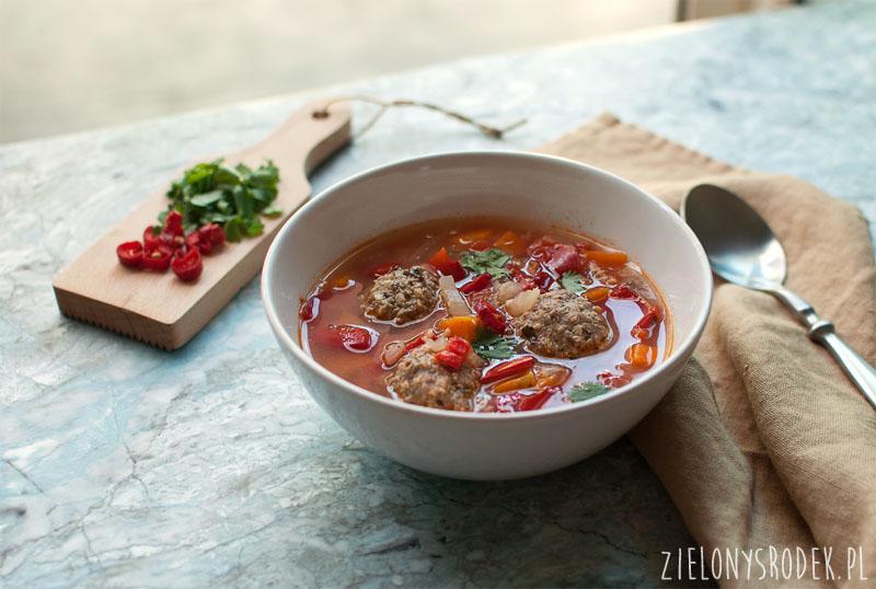 zupa meksykańska z klopsikami, papryka i cytryną, zupa albondigas