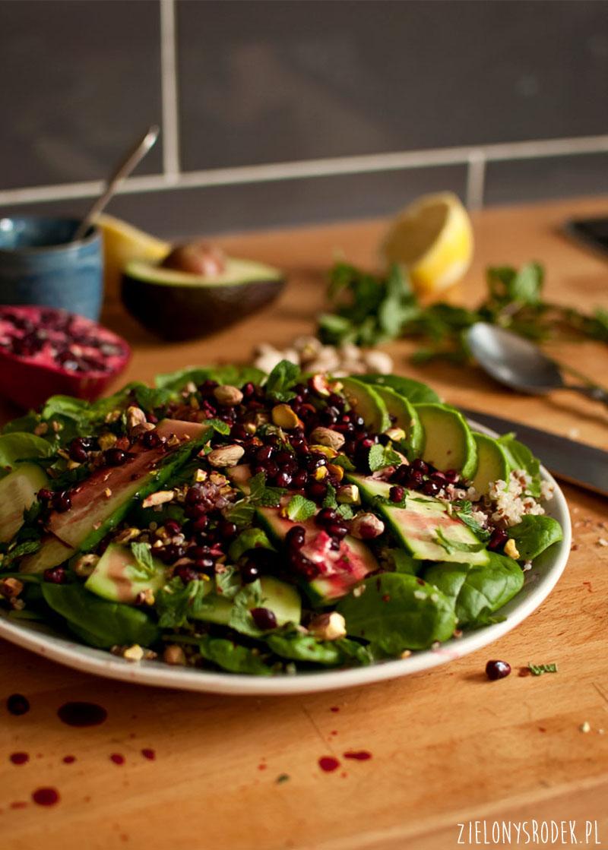 sałatka z quinoą, awokado, miętą i innymi dobrociami