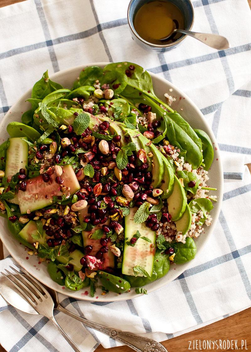 sałatka z quinoą, awokado, miętą i innymi pysznościami