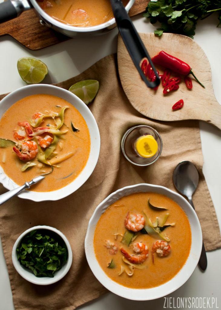 zupa czerwone curry z krewetkami i tagliatelle z cukinii