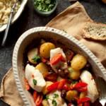 pieczony dorsz po marokańsku z oliwkami, pomidorkami i ziemniakami.