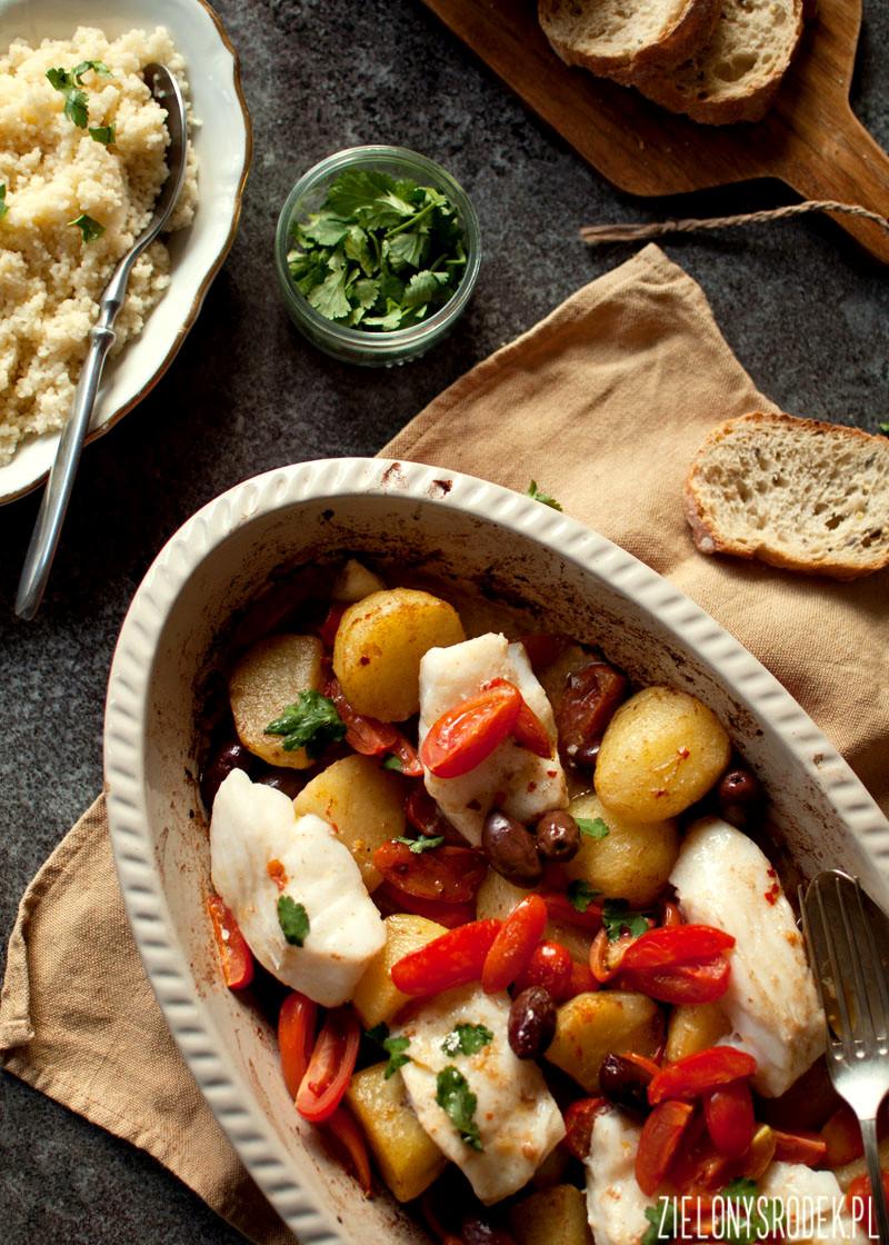 dorsz po marokańsku z oliwkami, pomidorkami i ziemniakami