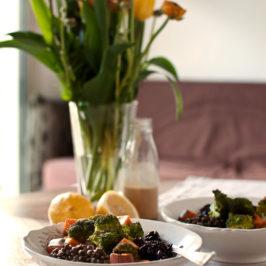 czarny ryż, soczewica i pieczone warzywa z sosem z orzeszków ziemnych