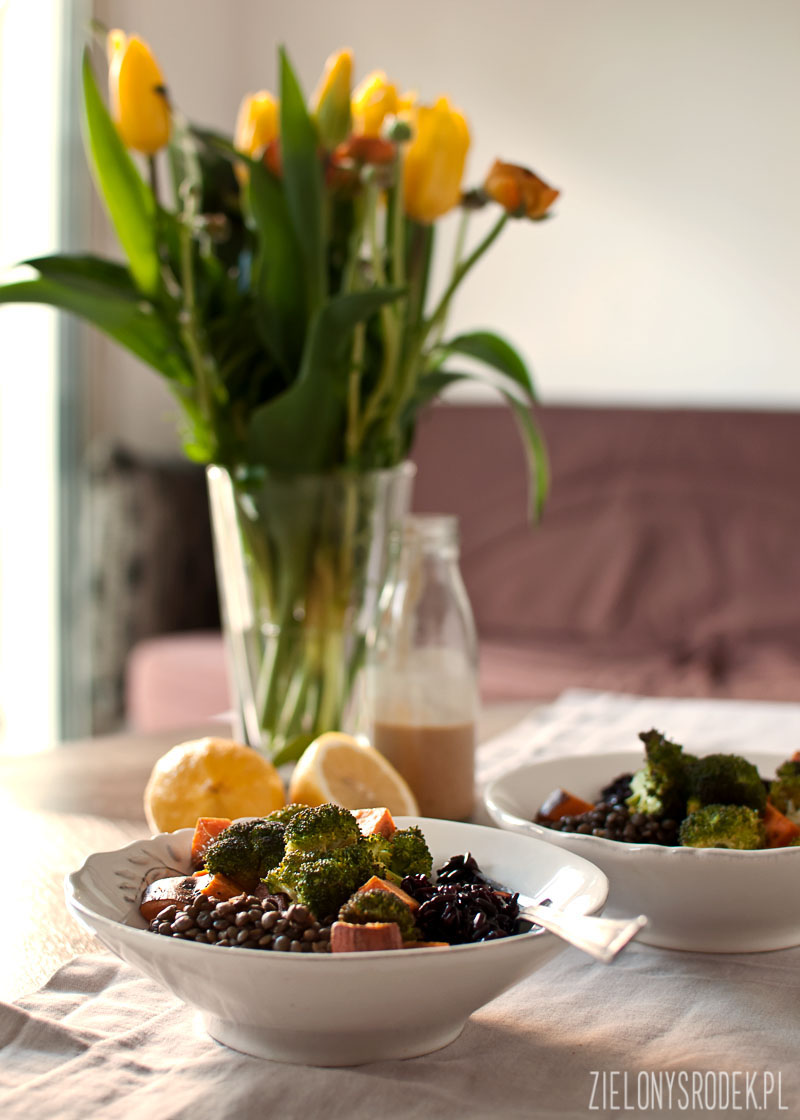 czarny ryż, soczewica, pieczone warzywa i sos z orzeszków ziemnych