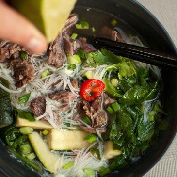 rosół tajski z wołowiny z warzywami i makaronem