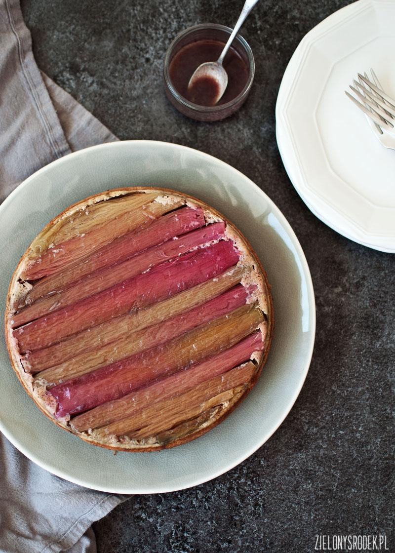 ciasto migdałowe z rabarbarem i syropem z czerwonego wina