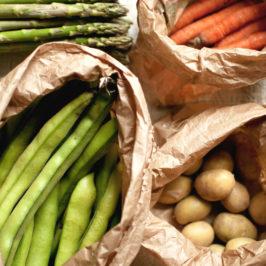 potrawka wiosenna ze szparagami, bobem, młodymi ziemniakami i soczewicą