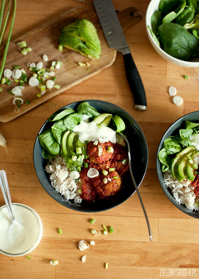 pieczone pulpety warzywne z marchewką, ciecierzycą i płatkami gryczanymi w aromatycznym sosie pomidorowym