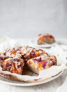 ciasto migdałowe z morelami i malinami. bez mąki