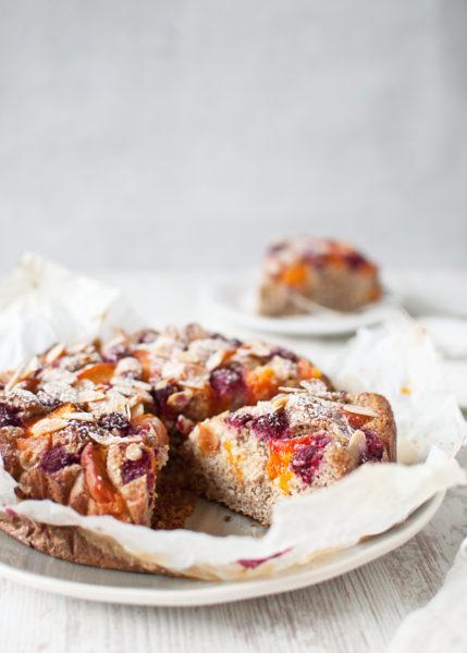 ciasto migdałowe z morelami i malinami. zdrowe ciasto z płatkami owsianymi. bezglutenowe
