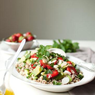 tabbouleh z quinoą, truskawkami i awokado z dużą ilością mięty i pietruszki