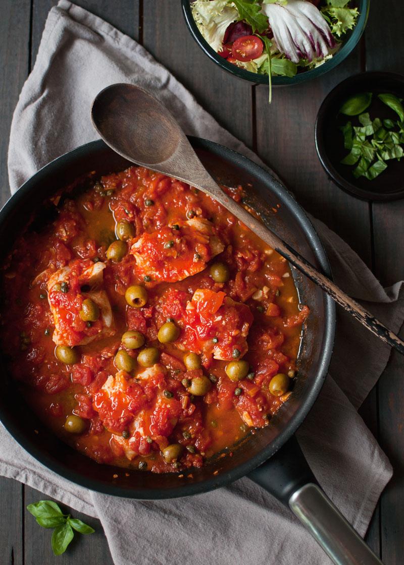 dorsz w pomidorach a la puttanesca. pyszny szybki obiad. ryba na obiad. pomysł na szybkiego dorsza