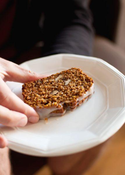 chlebek dyniowy z płatkami owsianymi orzechami i miodem. zdrowy chlebek, bezglutenowy, bez mąki, bez cukru