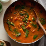 cury z batata, pomidorów, szpinaku i ciecierzycy. szybki, aromatyczny jesienny obiad. zdrowy rozgrzewający obiad