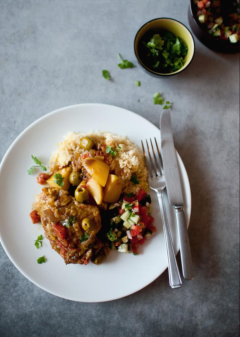 tagine z kurczaka z cytrynami i oliwkami. pyszny aromatyczny obiad, który robi się sam