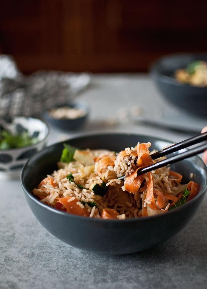 smażony ryż z pieczarkami, cukinią i marchewką z warzywami bezglutenowy zdrowy wege wegetariański