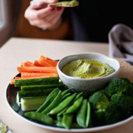 zielony hummus ze szpinakiem, kolendrą i pietruszką.