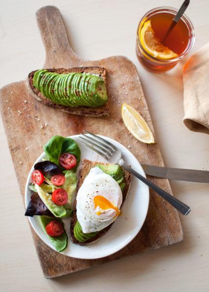 grzanka z awokado i jajkiem w koszulce, szybie pyszne śniadanie